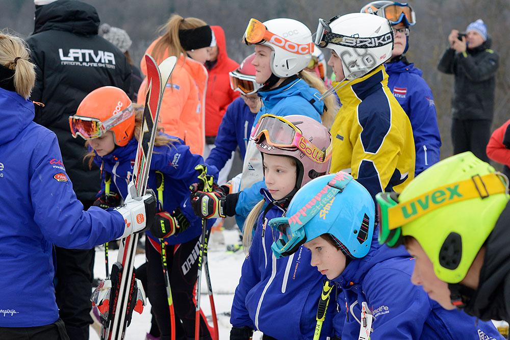Jauniešu grupu cīņas pirmajā dienā milzu slalomā