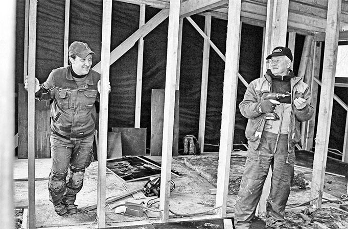 """Grīdu siltina """"Madonas namsaimnieka"""" strādnieki Igors Dmitrijevs (no kreisās) un Zigurds Zīle."""