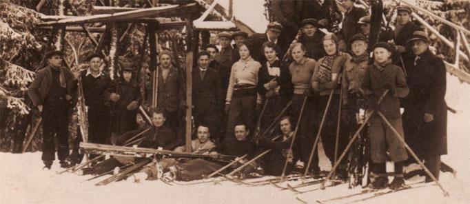 Slēpotāji pie Ogres Zilo kalnu tramplīna. 1930.gadi. Foto no Ogres Vēstures un mākslas muzeja krājuma